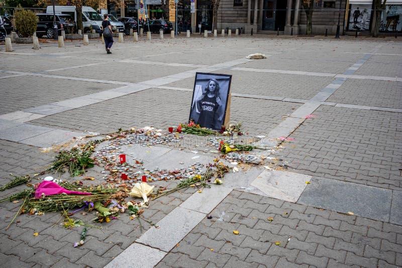 Monumento del periodista de sexo femenino búlgaro asesinado foto de archivo libre de regalías