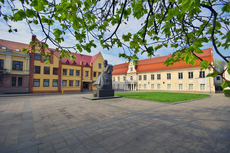 Monumento del poeta lituano Maironis imagen de archivo