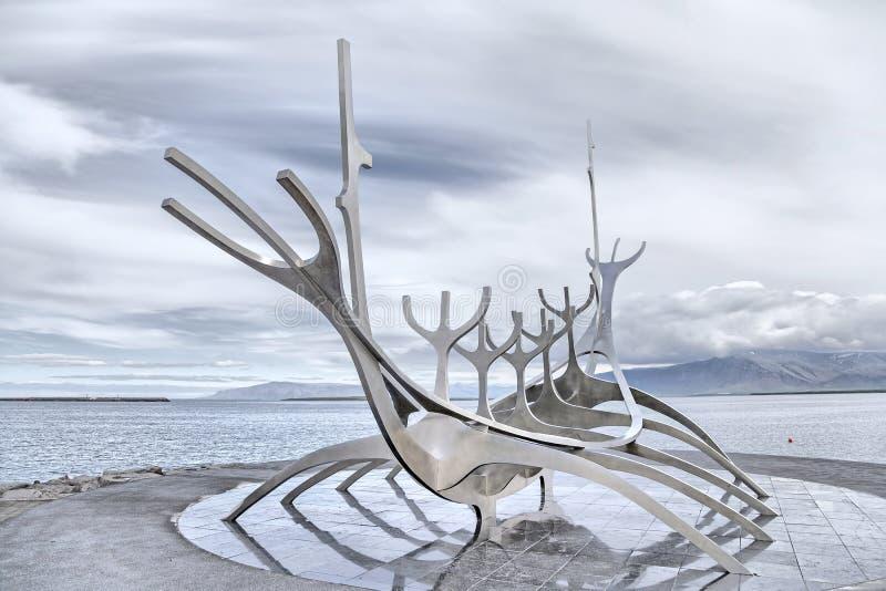 Monumento del viajero de Sun, señal de Reykjavik, Islandia imagenes de archivo