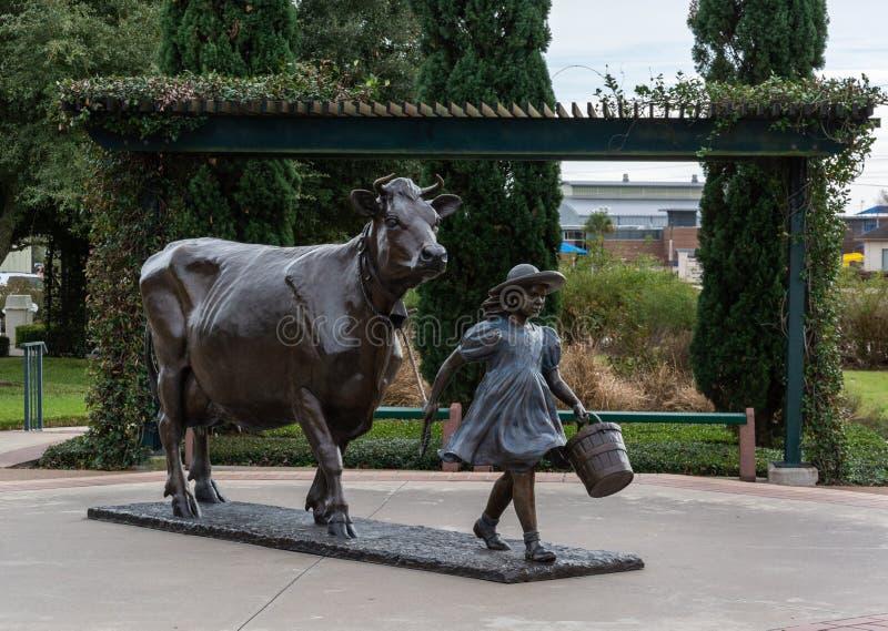 Monumento delante de la fábrica azul de las lecherías de Bell en Brenham, TX fotos de archivo libres de regalías