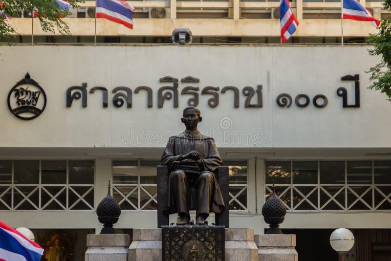 Monumento della statua di principe Mahidol Adulyadej Memorial all'ospedale di Siriraj a Bangkok, Tailandia fotografie stock libere da diritti