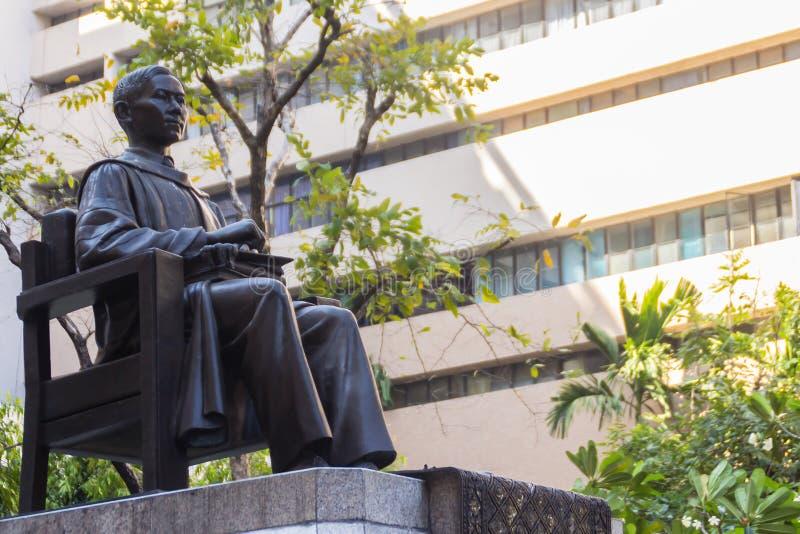 Monumento della statua di principe Mahidol Adulyadej Memorial all'ospedale di Siriraj a Bangkok, Tailandia fotografia stock libera da diritti