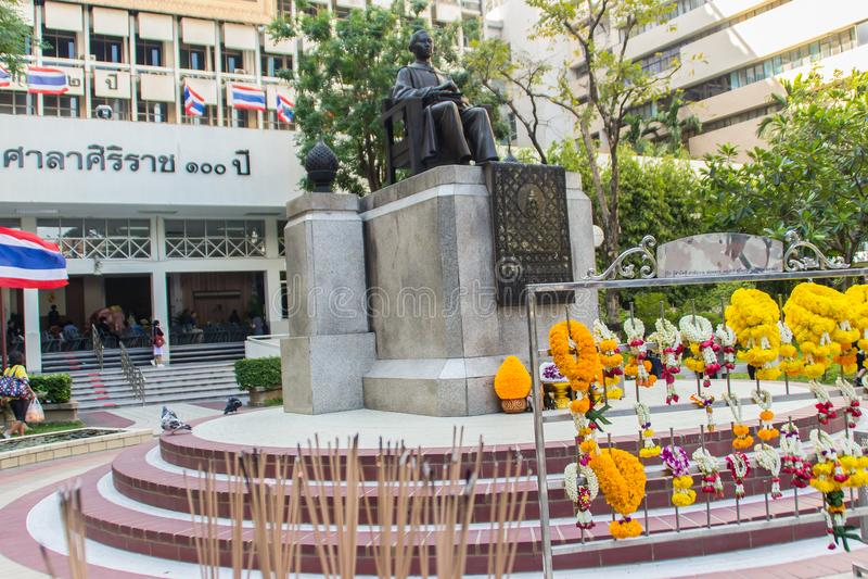 Monumento della statua di principe Mahidol Adulyadej Memorial all'ospedale di Siriraj a Bangkok, Tailandia immagini stock libere da diritti
