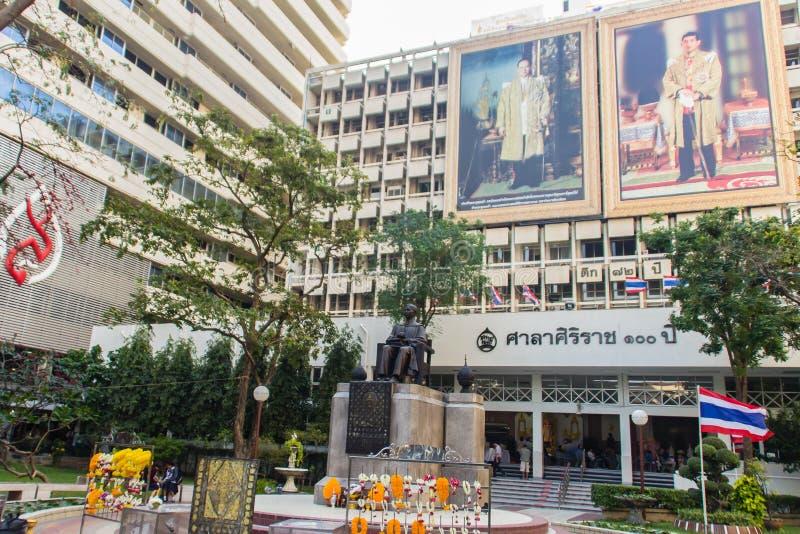 Monumento della statua di principe Mahidol Adulyadej Memorial all'ospedale di Siriraj a Bangkok, Tailandia fotografia stock