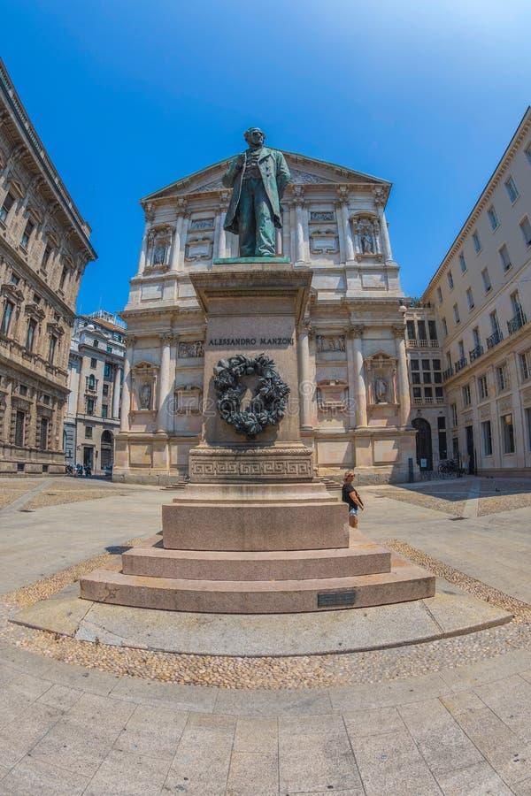 Monumento di Alessandro Manzoni, Milano, Italia fotografie stock libere da diritti