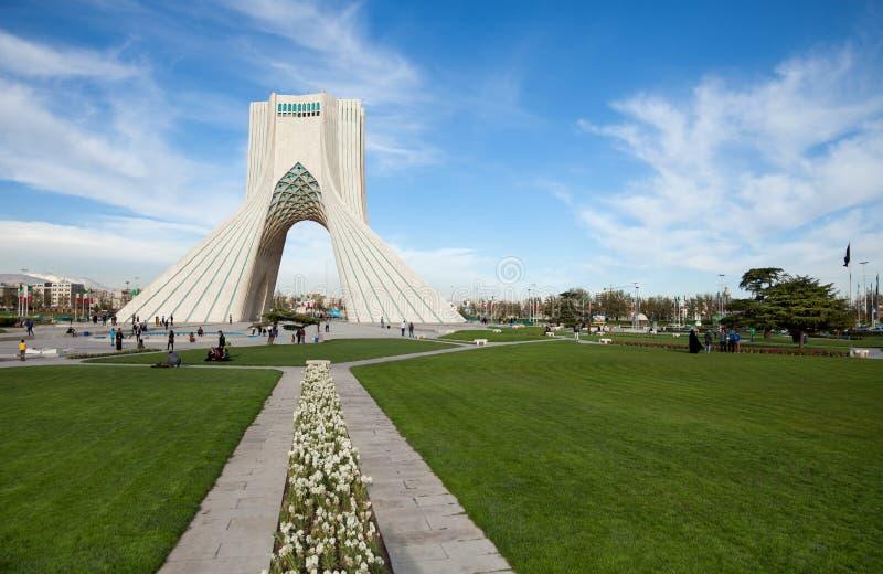 Monumento di Azadi in mezzo al quadrato con grande area verde intorno a Teheran fotografia stock