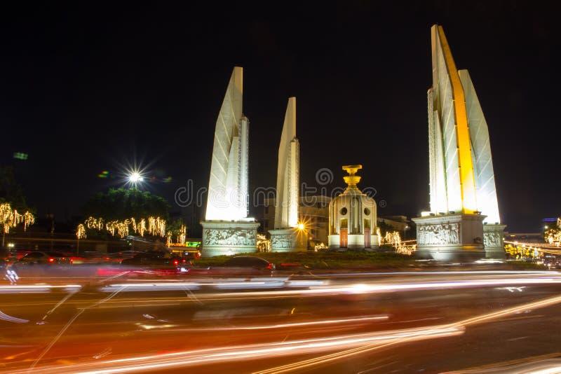 Monumento di democrazia con l'automobile della luce della sfuocatura fotografia stock