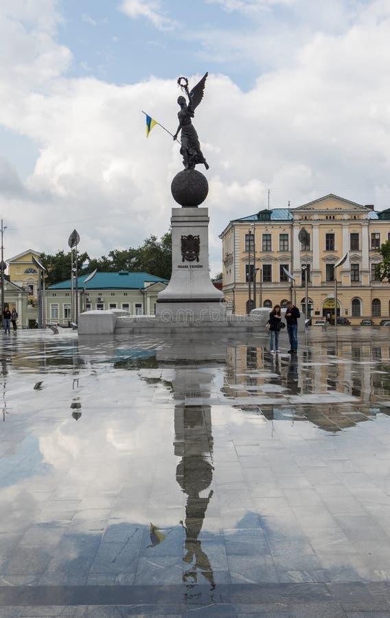 Monumento di indipendenza sul Maidan della costituzione Bandiera ed incroci fotografia stock