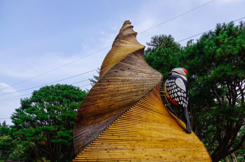 Monumento di legno di arte su Nami Island immagine stock