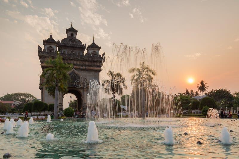 Monumento di Patuxai a Vientiane al tramonto immagine stock libera da diritti