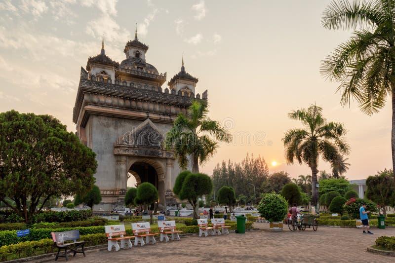 Monumento di Patuxai a Vientiane al tramonto fotografia stock libera da diritti