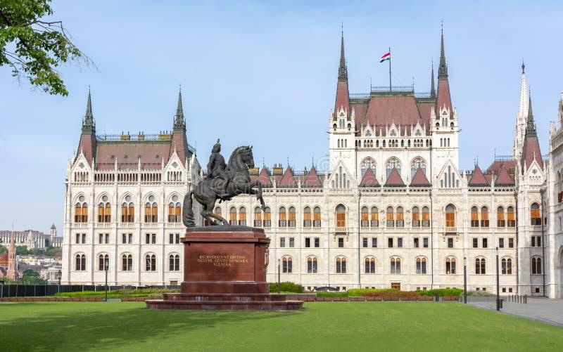 Monumento di Rakoczi Ferenc davanti alla costruzione ungherese del Parlamento, Budapest, Ungheria fotografie stock libere da diritti