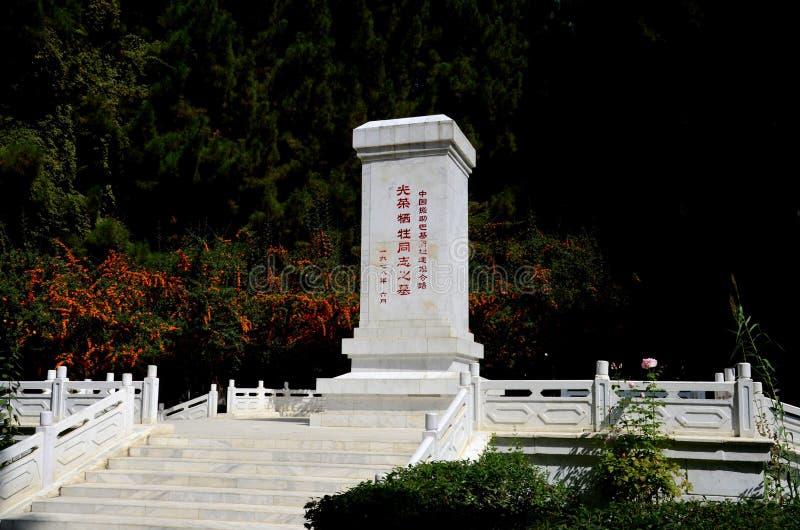 Monumento di ricordo con scrittura cinese al cimitero Gilgit Pakistan della Cina fotografia stock