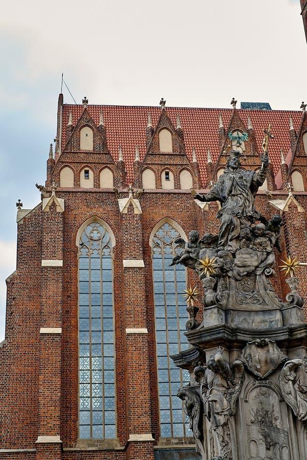 Monumento di San Giovanni Nepomuceno sul quadrato della chiesa collegiale dell'incrocio e di St Bartholomew santi in Ostrow Tumsk immagine stock