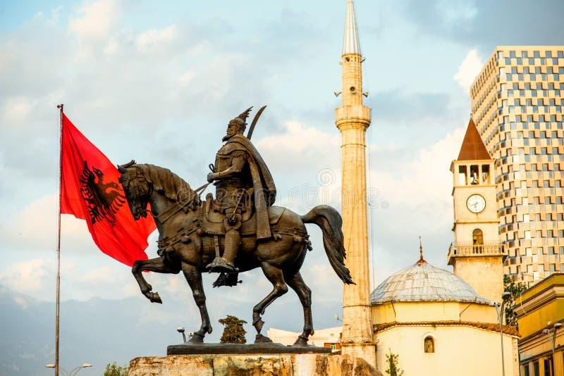 Monumento di Scanderbeg a Tirana immagine stock