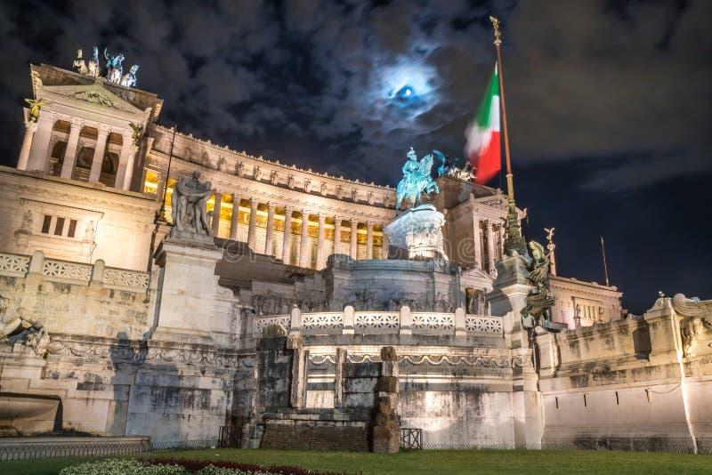 Monumento di Vittorio Emmanuel II sul quadrato di Venezia a Roma alla notte, fotografia stock