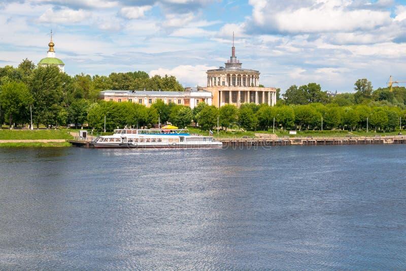 Monumento dilapidado del estilo estalinista del imperio Estación del río de Tver en el río Volga algunos días antes del desplome  imagen de archivo