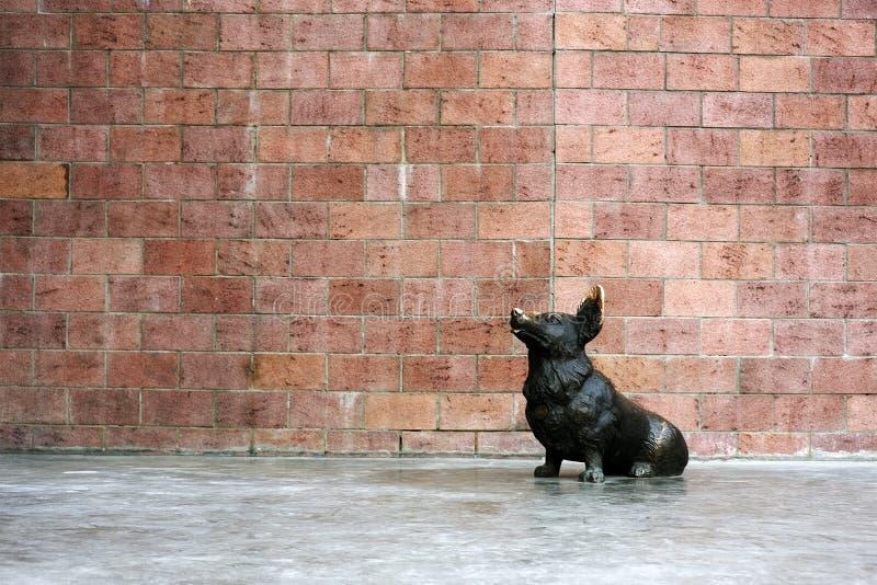 Monumento do cão do corgi de Galês pelo escultor Ilya Stawski, no centro de Irkutsk Quarto de Sloboda, Rússia imagens de stock
