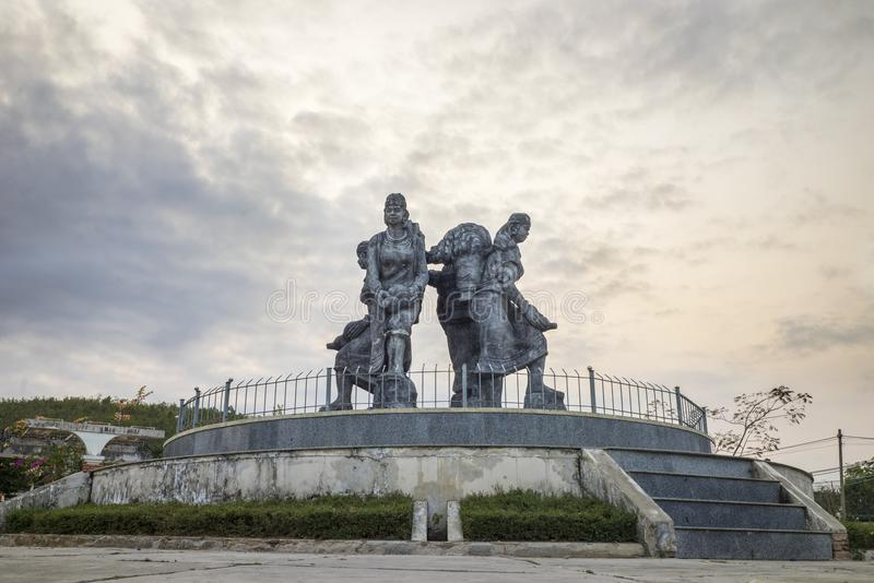 Monumento do grupo minoritário étnico vietnamiano na província de Kon Tum, montanhas centrais de Vietname foto de stock royalty free