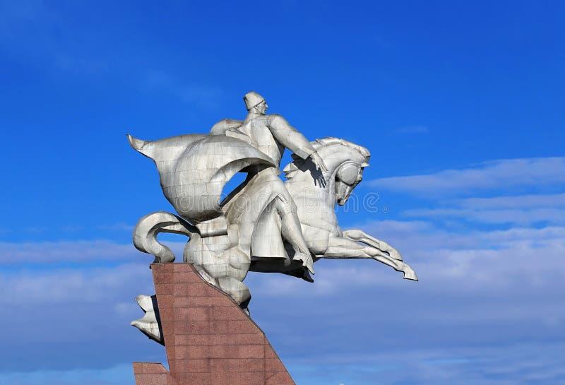 Monumento do metal branco do grande comandante que senta em um cavalo me foto de stock
