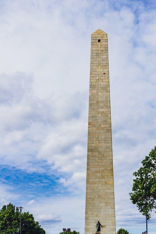 Monumento do monte de depósito contra o céu e as nuvens em Charlestown, Bost foto de stock
