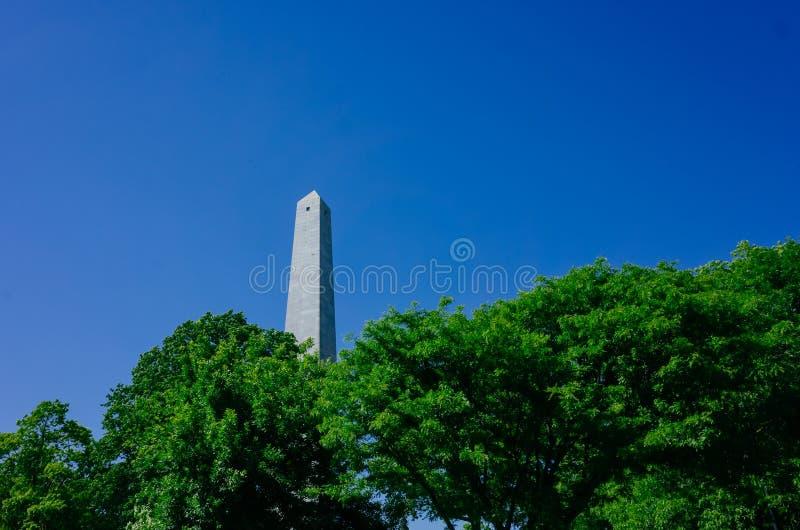 Monumento do monte de depósito, um oblisk para comemorar a batalha do monte de depósito, sobre árvores verdes e o céu azul, em Ch foto de stock royalty free