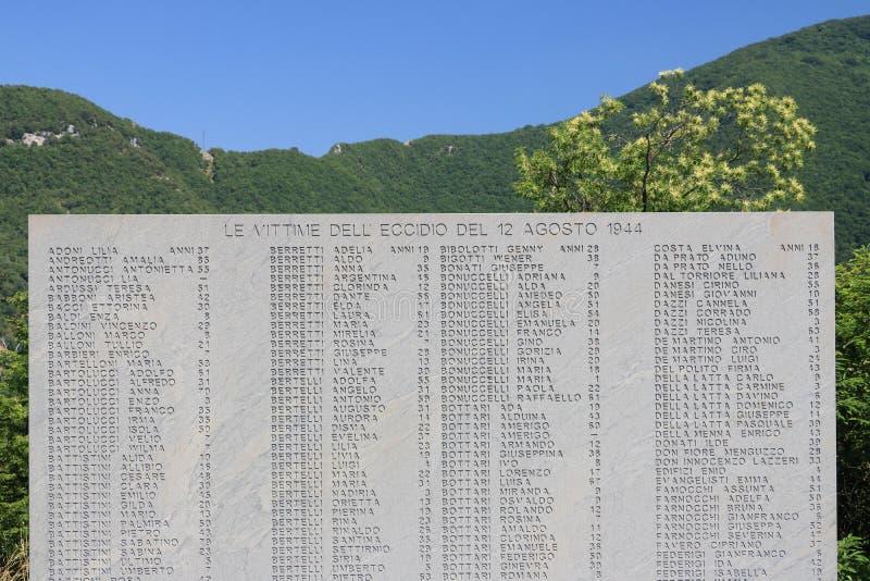 Monumento do Ossuary de Sant 'Anna di Stazzema Massacre nazista do 12 de agosto de 1944 Chapa com a lista de vítimas do massacre foto de stock