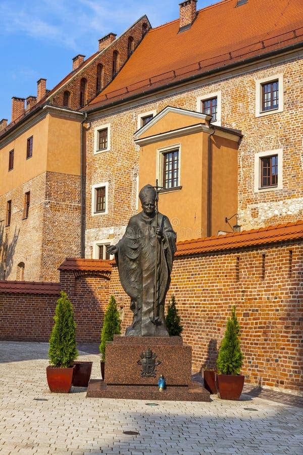 Monumento do papa John Paul II no castelo real de Wawel, Krakow, Pol?nia imagens de stock