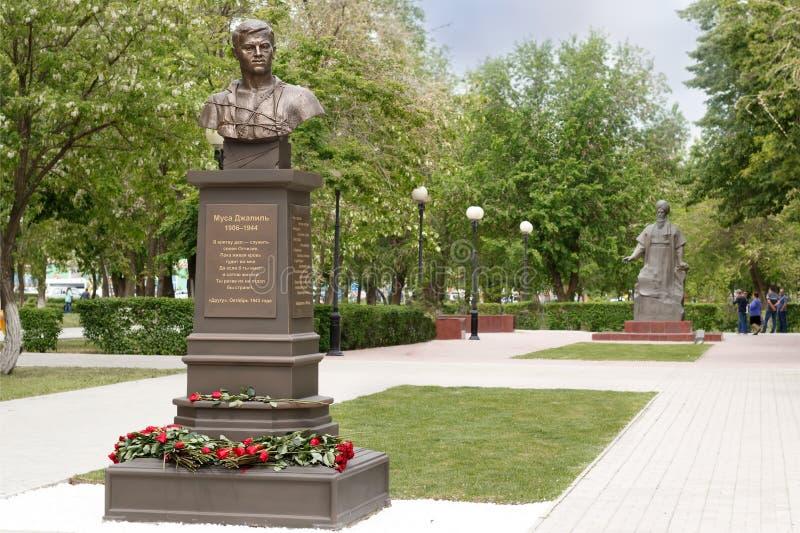 Monumento do poeta tatar, herói da União Soviética Musa Mostafa Dzhalil 1906-1944 no fundo do monumento do poeta Magtymguly fotos de stock