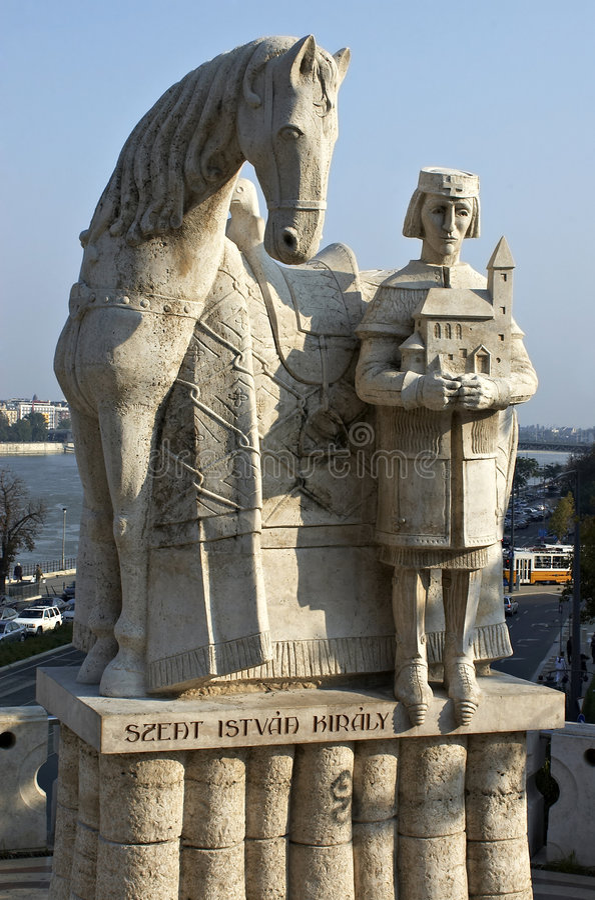 Monumento do primeiro rei húngaro Ishtvav. imagem de stock royalty free