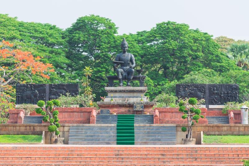 Monumento do rei Ramkhamhaeng no parque histórico de Sukhothai imagem de stock