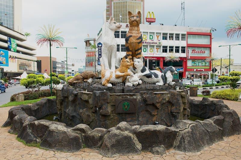 Monumento dos gatos em Kuching do centro, Malásia foto de stock