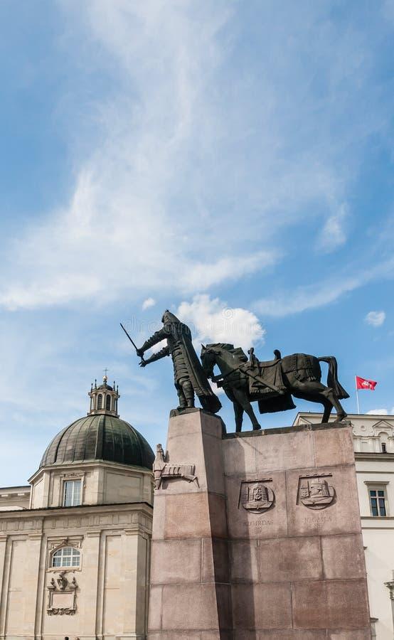 Monumento a Duke Gediminas en cuadrado de la catedral vilnius fotos de archivo libres de regalías