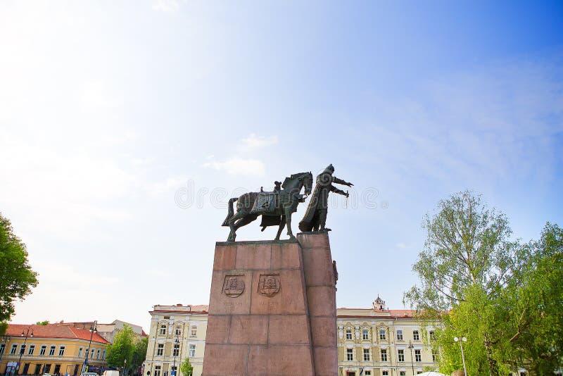 Monumento a Duke Gediminas magnífico en cuadrado de la catedral en la ciudad vieja de Vilna fotografía de archivo