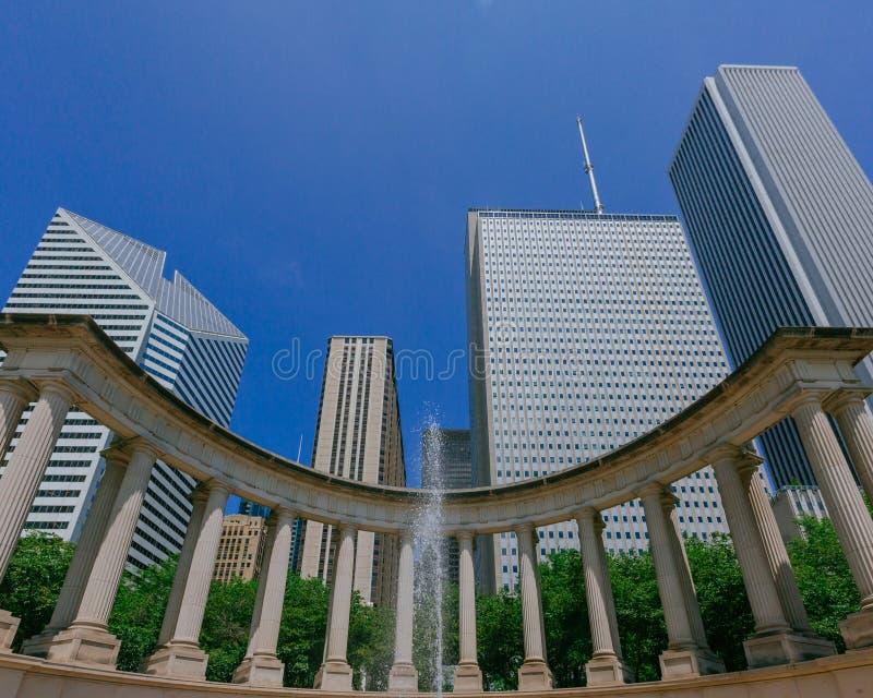 Monumento e arranha-céus do milênio em Chicago do centro, EUA fotografia de stock