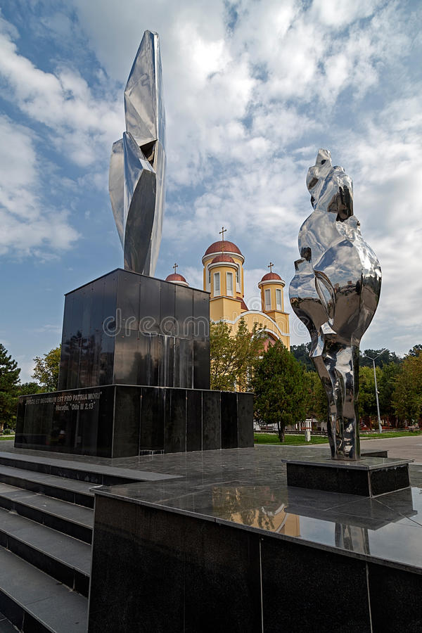 Monumento e igreja ortodoxa novos em Resita, Romênia fotografia de stock royalty free