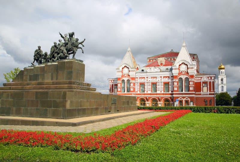 Monumento e teatro de Chapaev no Samara fotos de stock royalty free