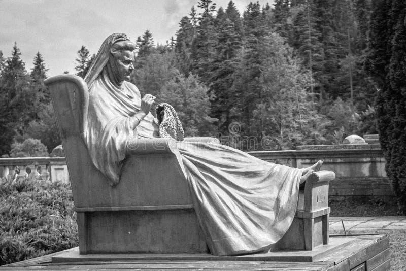 Monumento a Elizabeth del rumano en el jardín del castillo de Peles foto de archivo