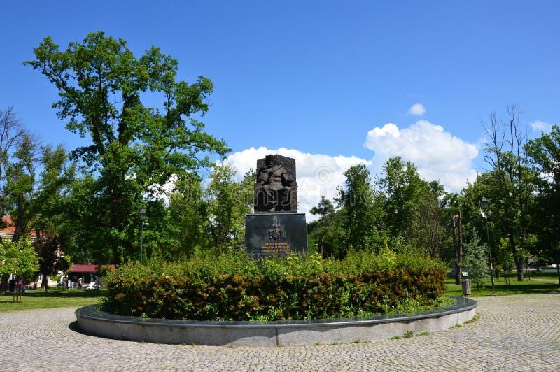 Monumento en el parque Tuzla de la ciudad imagen de archivo libre de regalías