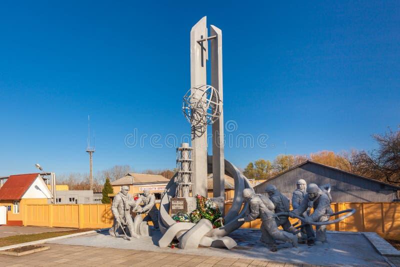 Monumento en honor de los bomberos muertos en el desastre de la central nuclear de Chernóbil imágenes de archivo libres de regalías