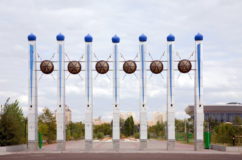 Monumento en la entrada del parque de Astana fotografía de archivo