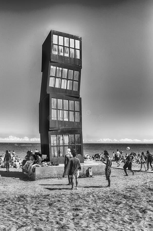 Monumento en la playa de Barceloneta del La, Barcelona, Cataluña, España imagen de archivo