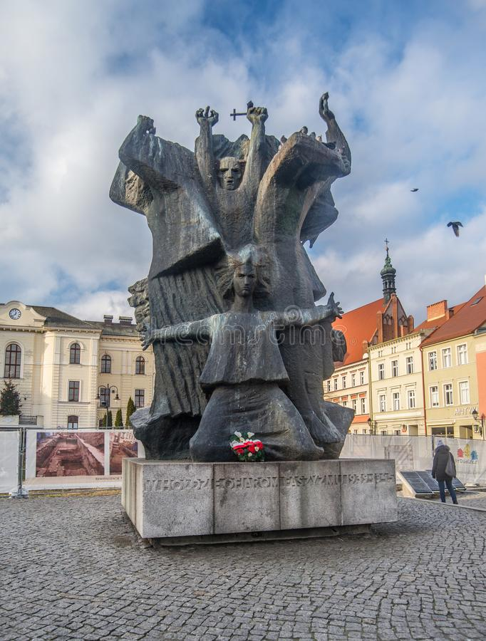 Monumento en la vieja plaza del mercado en Bydgoszcz, Polonia imagen de archivo