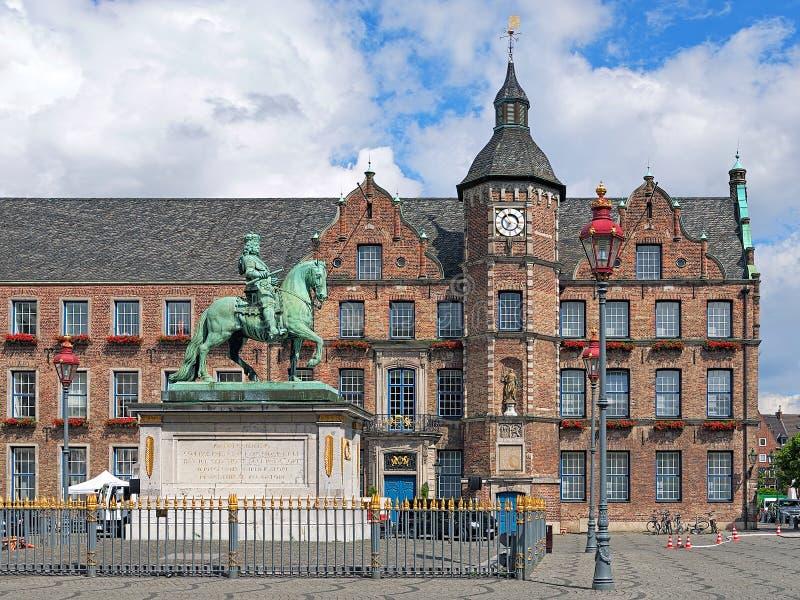 Monumento equestre de Jan Wellem e câmara municipal velha em Dusseldorf, foto de stock royalty free