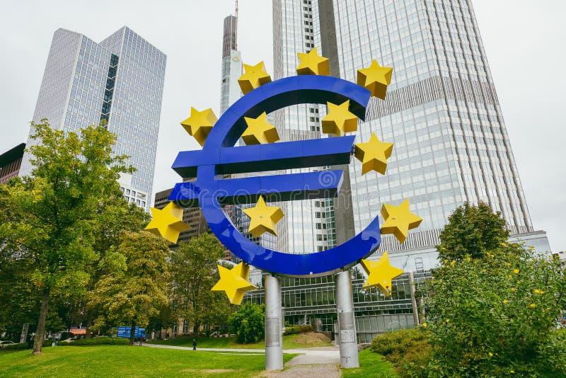Monumento euro delante del Eurotower, Francfort, Alemania fotos de archivo