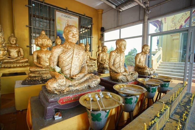 Monumento famoso del monje en Wat Khiriwong, provincia de Nakhon Sawan, Tailandia fotos de archivo