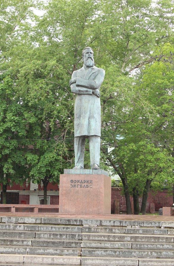 Monumento a Friedrich Engels en el parque imagen de archivo
