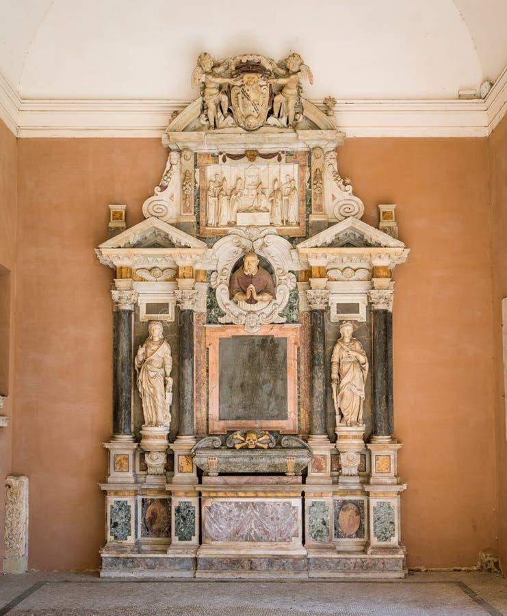 Monumento funerario de Paolo Emilio Sfondrati cardinal, basílica de Santa Cecilia en Trastevere, Roma, Italia foto de archivo libre de regalías