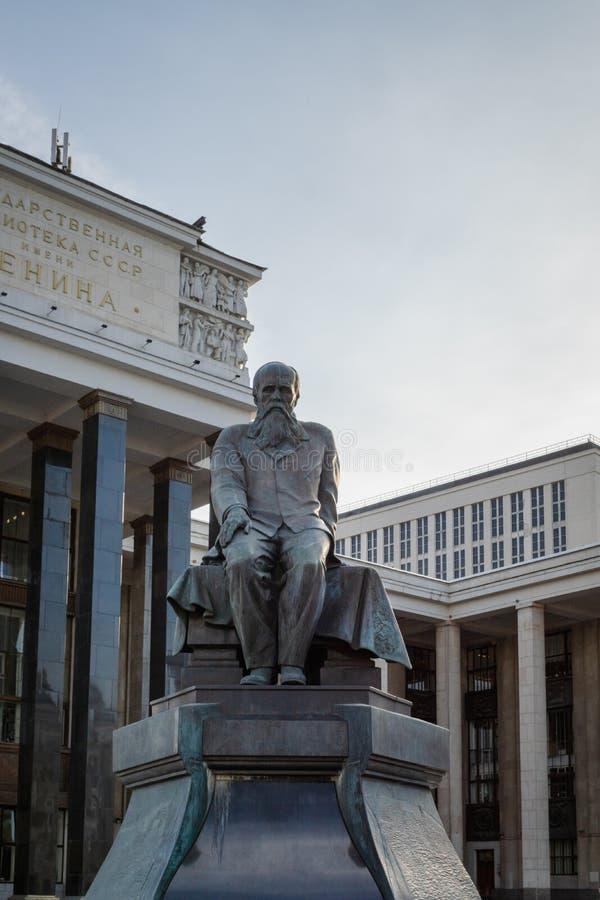 Monumento a Fyodor Dostoevsky em Moscou, Rússia imagem de stock