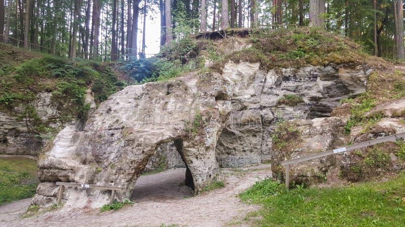 Monumento Geológico Natural de Ellite Grande o Horno del Diablo, ubicado en el Parque Nacional de Gauja fotos de archivo libres de regalías